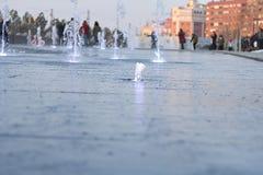 Fontaine d'eau au sol dans un terrain de jeu image stock