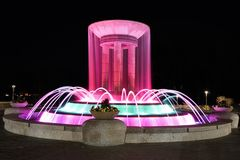 Fontaine d'eau colorée la nuit image libre de droits