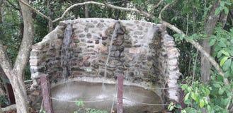Fontaine d'eau dans Itamatamirim Ciry, Pernambuco, Brésil images stock