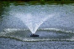 Fontaine d'eau dans l'étang Image stock