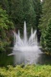Fontaine d'eau dans l'étang, jardins de Butchart, Victoria, AVANT JÉSUS CHRIST Photographie stock libre de droits