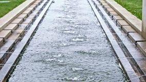 Fontaine d'eau dans le mouvement lent en parc banque de vidéos