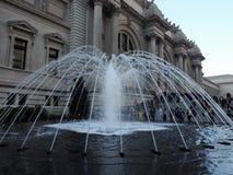 Fontaine d'eau en dehors du Musée d'Art métropolitain image stock
