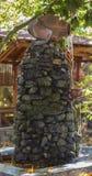 Fontaine d'eau en pierre avec le pot photographie stock libre de droits