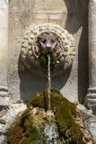 Fontaine d'eau en pierre en Provence Image libre de droits