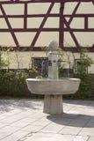 Fontaine d'eau en pierre honorant les anciens agriculteurs d'houblon de Langenzenn, Allemagne Image libre de droits