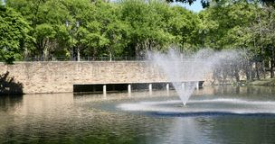 Fontaine d'eau et pierre Brigde photographie stock