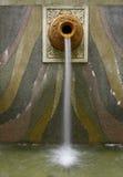 Fontaine d'eau fixée au mur de bac d'argile images stock