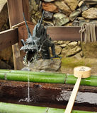 Fontaine d'eau japonaise de dragon de temple Photographie stock
