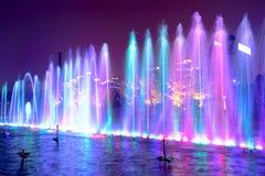 Fontaine d'eau la nuit Photographie stock libre de droits
