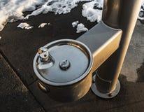 Fontaine d'eau potable par le lac congelé Photo libre de droits