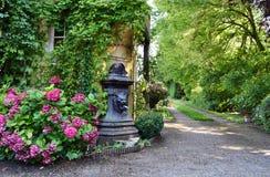 Fontaine d'eau sur l'arrière-cour avec des fleurs image libre de droits