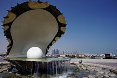 Fontaine d'huître et horizon de Doha photos stock