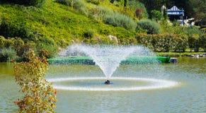 Fontaine dans l'étang artificiel images stock