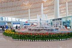 Fontaine dans l'aéroport international capital de Pékin Photos stock
