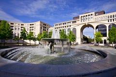 Fontaine dans l'Antigone de Montpellier, France Photographie stock