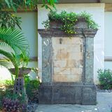 Fontaine dans l'arrière-cour, conception de jardinage photographie stock libre de droits