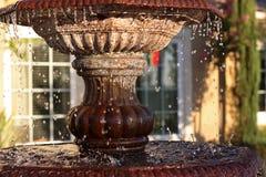 Fontaine dans la maison suburbaine Images stock
