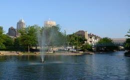 Fontaine dans la promenade du canal d'Indianapolis images stock