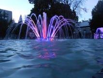 Fontaine dans la ville de nuit image libre de droits