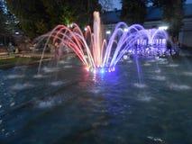 Fontaine dans la ville de nuit photo stock