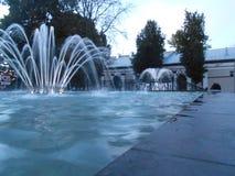 Fontaine dans la ville sur la rue le soir photos libres de droits
