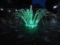 Fontaine dans la ville sur la rue le soir photo libre de droits