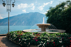 Fontaine dans le beau policier de sul de Limone de village, Italie Photographie stock
