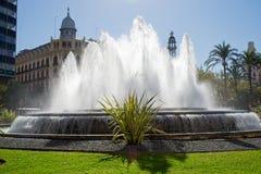 Fontaine dans le grand dos de ville Photo libre de droits