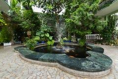 Fontaine dans le jardin botanique, Kretinga, Lithuanie Photos stock
