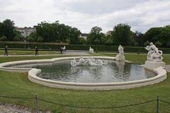Fontaine dans le jardin du château de belvédère de Schloss images libres de droits