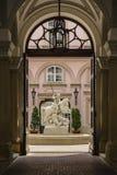 Fontaine dans le palais de primats photographie stock