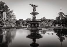 Fontaine de Bethesda dans Central Park Noir et blanc New York images stock