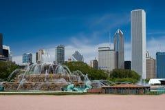 Fontaine de Buckingham et l'horizon de Chicago images stock