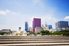 Fontaine de Buckingham et l'horizon de Chicago Photos libres de droits