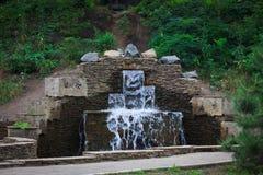 Fontaine de cascade en parc de ville photo libre de droits