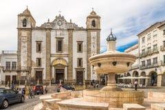 Fontaine de Chafariz avec l'église d'Anton de saint chez le Giraldo carré à Evora - au Portugal images libres de droits