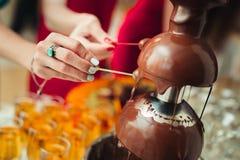 Fontaine de chocolat à un mariage Photographie stock libre de droits