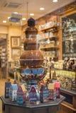 Fontaine de chocolat dans la boutique de la Belgique Photographie stock