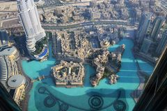 Fontaine de Dubaï et lac, vue ayant beaucoup d'étages Image libre de droits