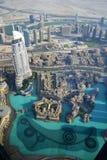 Fontaine de Dubaï et lac, vue ayant beaucoup d'étages Photographie stock libre de droits