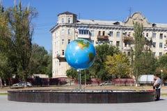 Fontaine de globe Volgograd, Russie Photo libre de droits