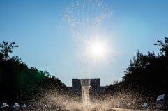 fontaine de jet pendant le jour d'été très chaud Photos libres de droits