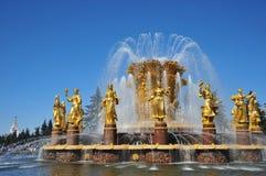 Fontaine de l'amitié des peuples, contre le ciel bleu, la Russie, Moscou Photo libre de droits