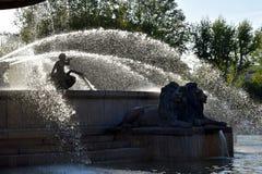 Fontaine DE La Rotonde nevelbogen over leeuwen in Aix-en-Provence Frankrijk royalty-vrije stock foto's