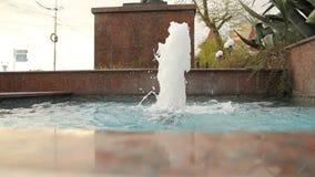Fontaine de médisance en parc banque de vidéos
