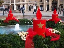 Fontaine de Mandusevac décorée de la guirlande d'avènement Photos stock