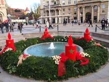 Fontaine de Mandusevac décorée de la guirlande d'avènement Image libre de droits