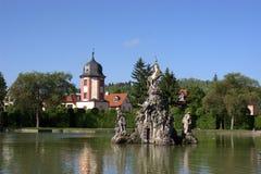 Fontaine de Pegasus avec la maison de l'eau images stock