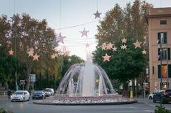 Fontaine de Plaza de la Reina avec des décorations de lumière de Noël Image libre de droits